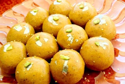 दिवाली घर पर बनाएं स्वादिष्ट बेसन के लडडू Besan Ke Laddu – Diwali Recipe