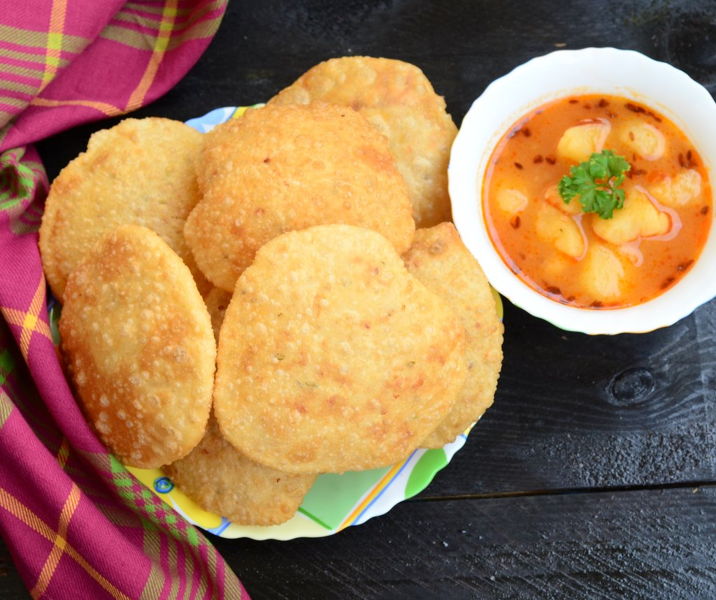 नाश्ते में आम के अचार के साथ खाइये आलू पूरी – puri recipe in hindi