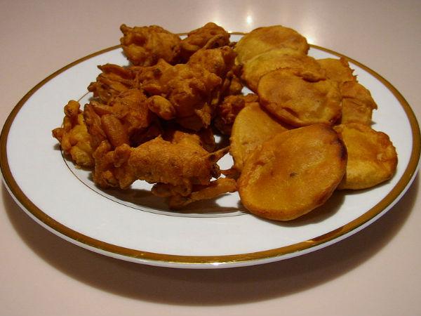 शाम की चाय के साथ खाएं केले के स्वादिष्ट पकौड़े – kacche kele ke pakode – banana pakora recipe