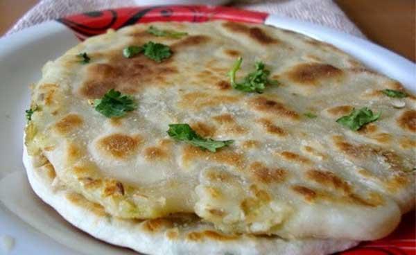 अमृतसरी आलू कुलचा खाने में ज़ायकेदार बनाने में बेहद आसान – amritsari aloo kulcha recipe