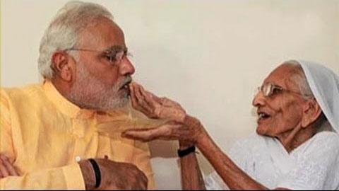 Modi eating food with his mother's hands