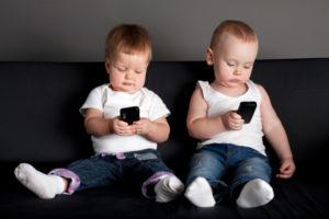 स्मार्टफोन की लत ड्रग्स से भी ज़्यादा खरतनाक, बच्चों को बना सकती है मंदबुद्धि