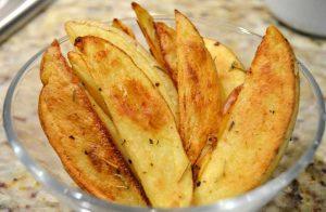भुने हुये आलू वेजेज बनाने का नया फार्मूला – Potato Wedges Recipe