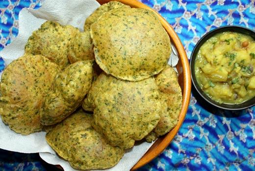 ब्रेकफास्ट में बनाएं तिल मेथी की स्वादिष्ट पूरी Til Methi Puri