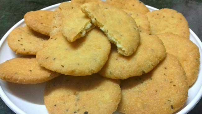 क्या आपने खाई है सूजी की खस्ता व क्रिस्पी मजेदार मठरी Suji Ki Mathri